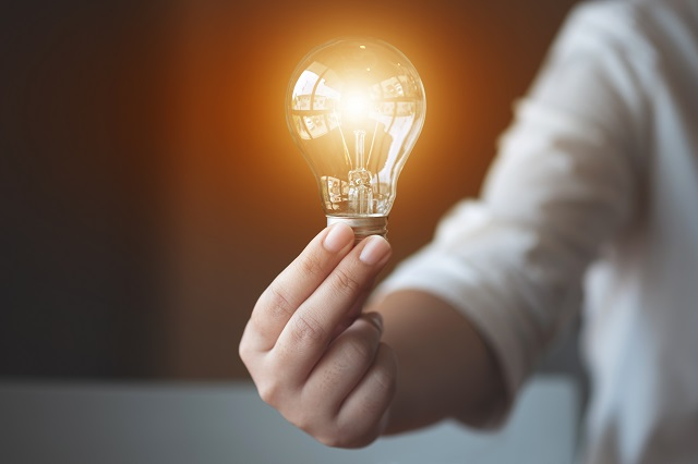 電球が光り輝くイメージ画像